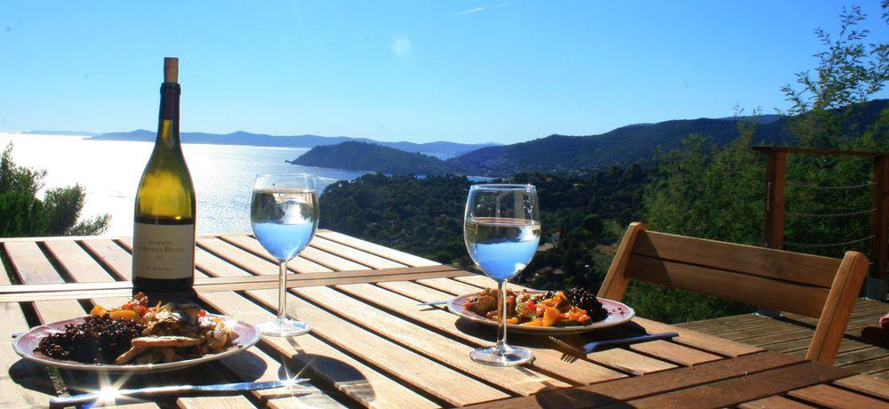 Un repas ensoleillé avec splendide vue sur la mer